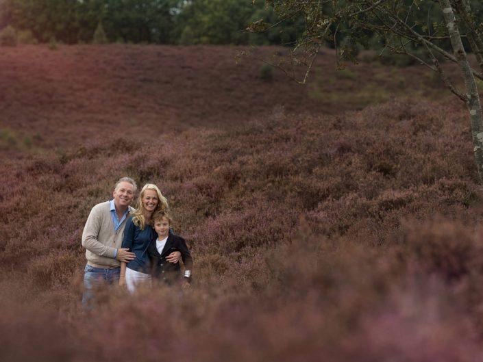 gezin op de paarse heide fotoshoot Posbank familiefotograaf Veluwe