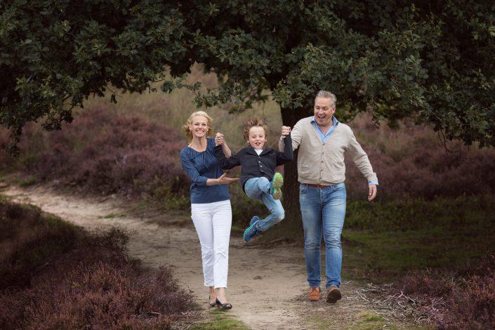 pret op de Posbank | gezin op de paarse heide fotoshoot Veluwe