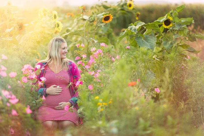zwanger fotograaf | Fotografie Lelystad & Veluwe Zwangerschap Fotoshoot in Hanneke's Pluktuin Flevopolder