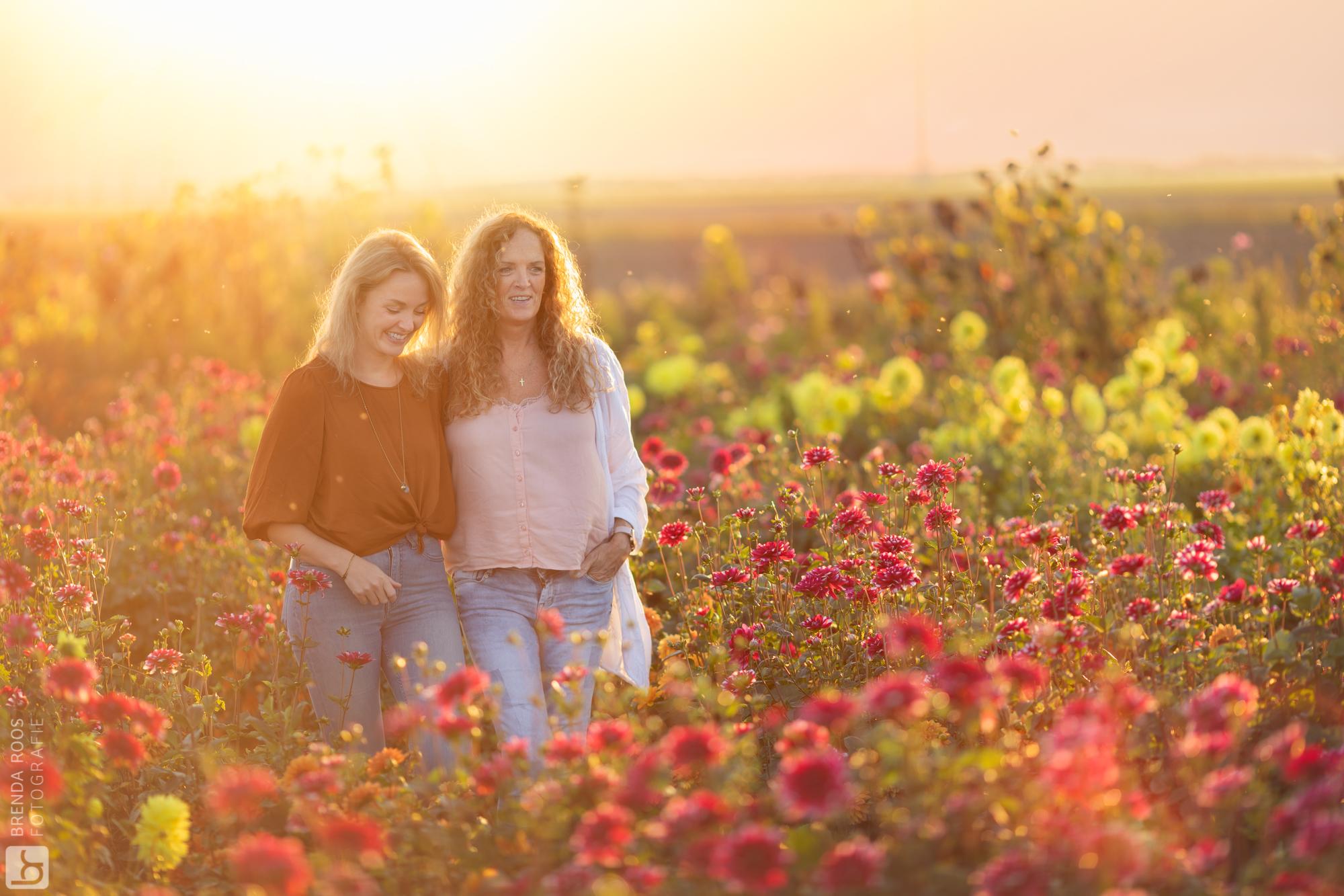 Fotoshoot in Hanneke's Pluktuin zonsondergang goudenuurtje goldenhour moeder en dochter