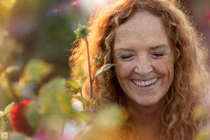 lachende vrouw Fotoshoot in Hanneke's Pluktuin zonsondergang goudenuurtje goldenhour moeder en dochter
