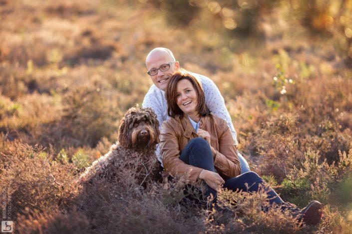 stel met hond Familie fotograaf | Fotograaf Lelystad & Veluwe | heide herfst elspeet ermelo | Fotoshoot