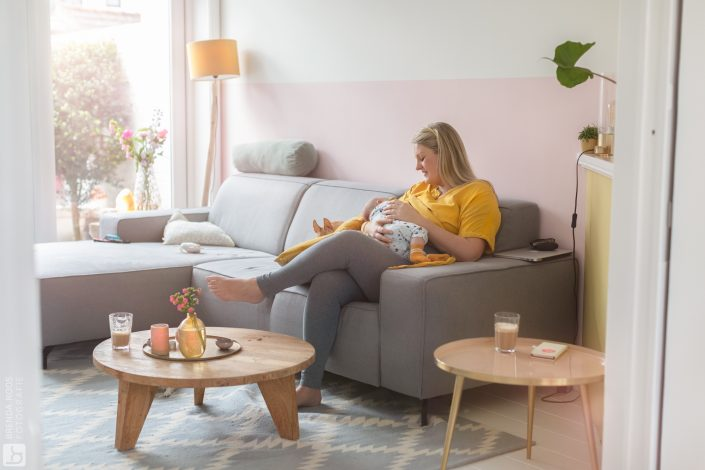 Newborn lifestyle familie fotograaf draagshoot borstvoeding baby fotoshoot Hilversum Lelystad