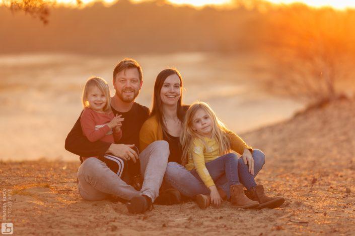 gezin op de foto tijdens het gouden uurtje op de zandverstuiving