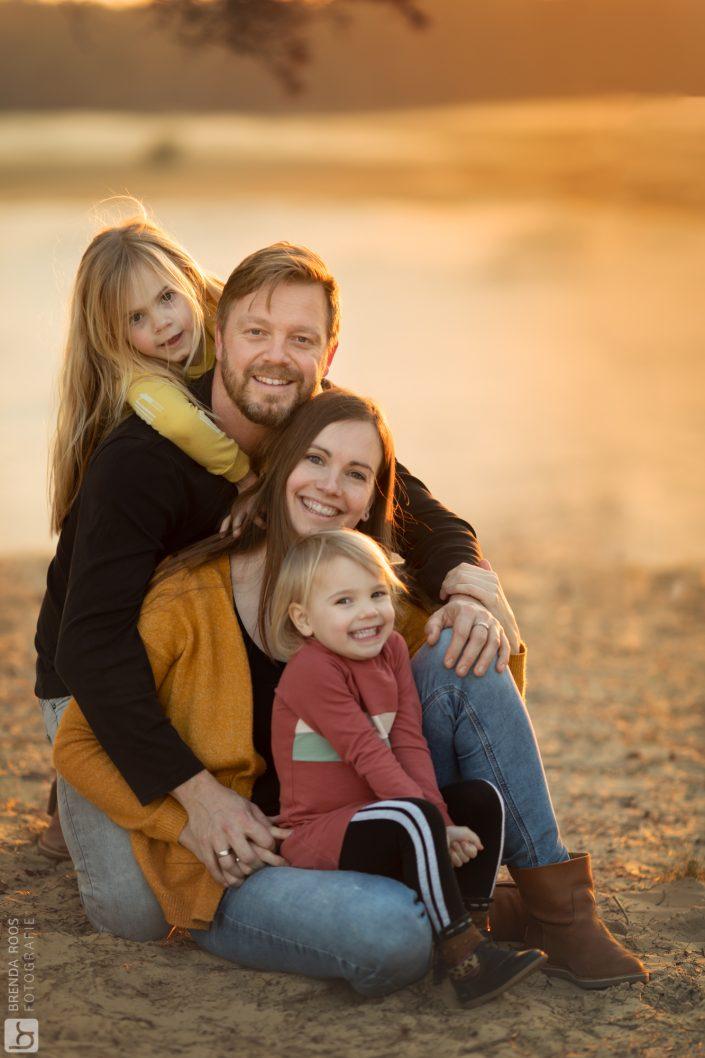 gezinsknuffel gezin op de zandverstuiving bij gemeente Elburg fotoshoot in het bos