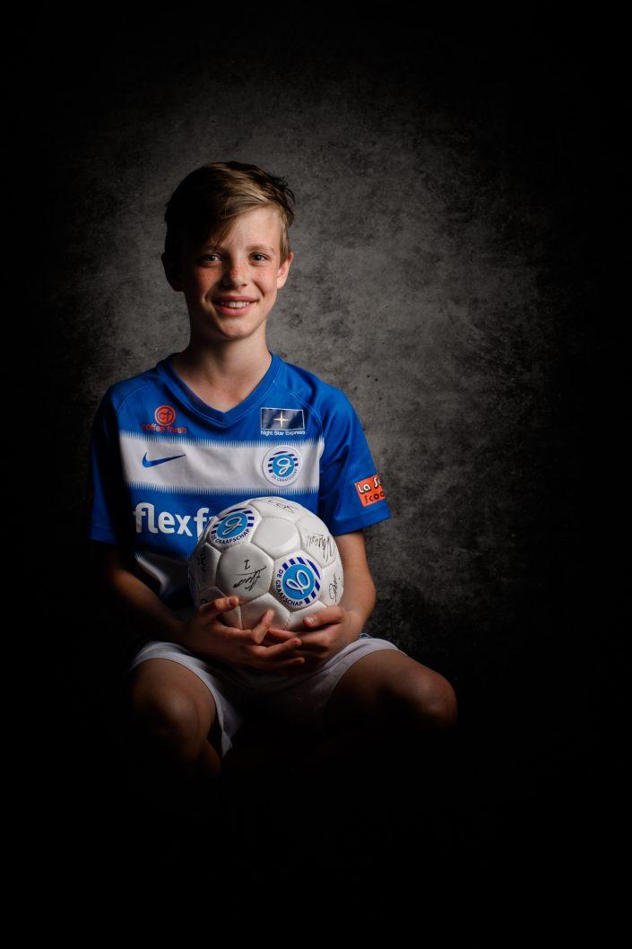 Jongen met voetbal tenue Lelystad Studio portretten