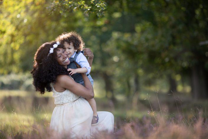 moeder zwanger zoon knuffel