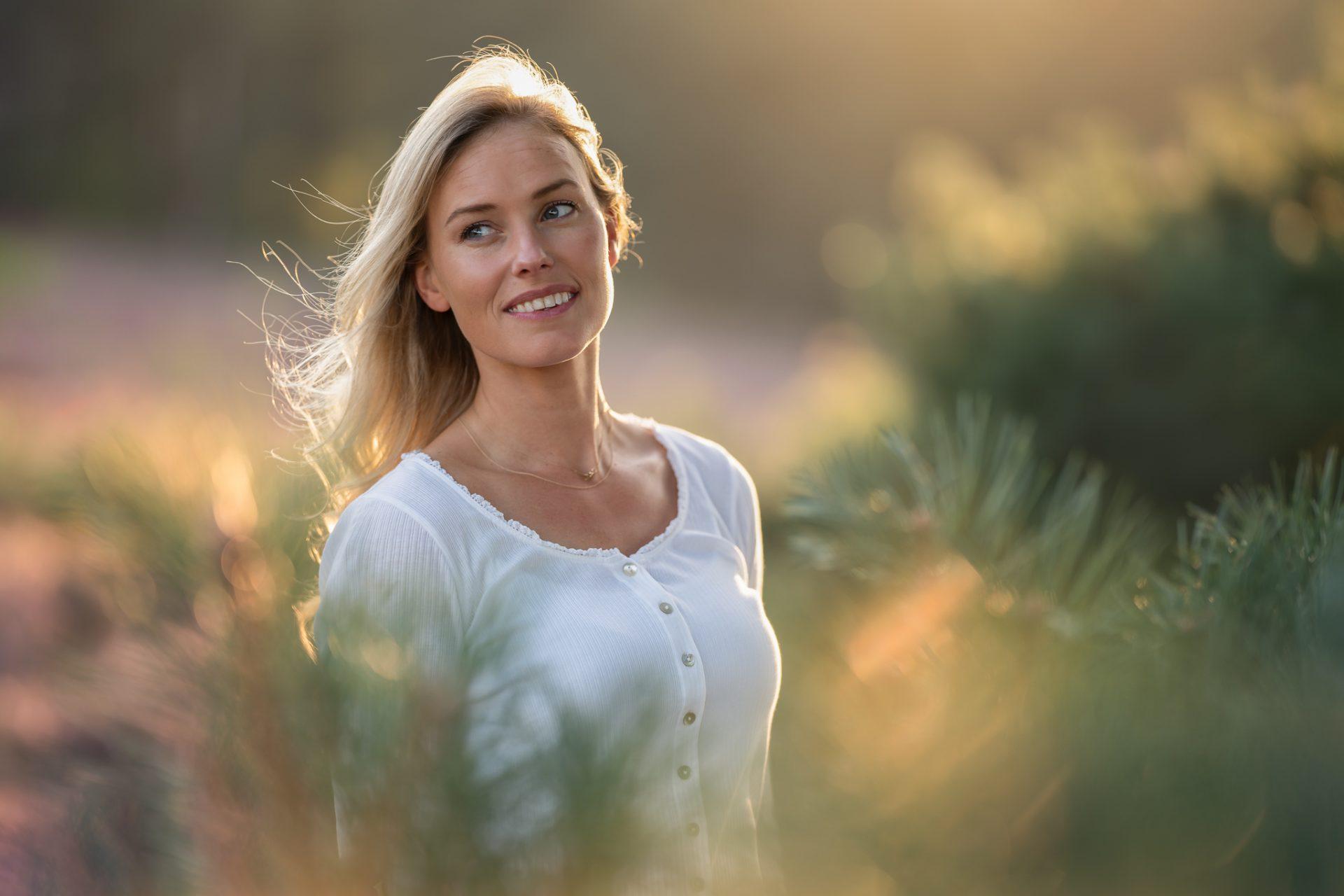 portret fotograaf paarse heide fotoshoot goldenhour